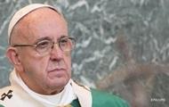Схватила за руку и потянула к себе: Папа Римский отбивался от женщины