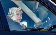 Королева Єлизавета в 93 роки сіла за кермо авто