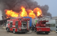 Под Днепром пожар уничтожил склад автозапчастей photo