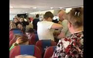 Пасажирку, яка буянила в літаку, втихомирили скотчем