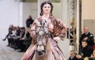 На подіум у Парижі вийшов кінь