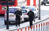 В Лондоне мужчина напал с ножом на прохожих. Происходящее попало на видео