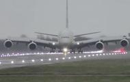 Посадка літака боком у шторм потрапила на відео