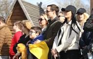 Родные встречают людей из обсервации на Полтавщине