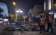 В Киеве снова прорвало трубу: посреди улицы провалился асфальт