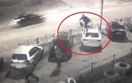 В Киеве мужчина прыгал по крышам авто на тротуаре