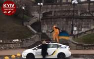 В Киеве хулиган бегал по крыше полицейского авто
