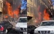 Пожар в Киеве: люди помогают спасать автомобили