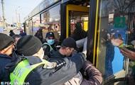 Полиция Киева не пускает больше десяти человек в транспорт