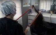 Парикмахер сделала укладку клиентке на расстоянии из-за COVID-19