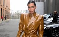 В сети показали, как Ким Кардашьян надевает латексный костюм