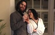 Пара сыграла свадьбу в окне из-за карантина
