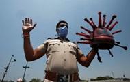 Индийский полицейский сделал косплей на COVID-19