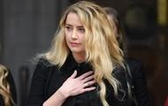 Ембер Герд зі сльозами на очах виступила біля суду