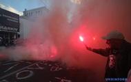 Активісти в Києві підпалили димові шашки біля будівлі МВС