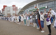 В Минске выстроилась цепь девушек с цветами