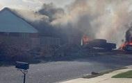 У США військовий літак впав на житлові будинки: дві жертви
