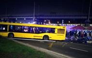У Києві автобус врізався в намет з людьми, є жертва