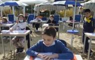 В Италии из-за карантина устроили школу на пляже