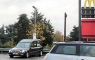 Работники ритуальной службы отправились на обед с покойником в машине