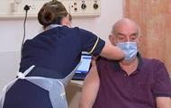 Вакцину AstraZeneca ввели первому в мире пациенту