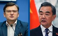 Кулеба обсудил с главой МИД Китая поставки COVID-вакцины
