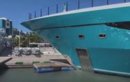 На Карибах роскошная яхта врезалась в причал