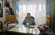 В Аргентине чиновник привился Спутник V с портретом Путина в руках