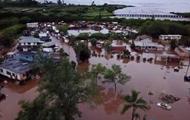 На Гавайях наводнение разрушило дома и мосты