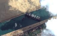 В Суэцком канале удалось сдвинуть контейнеровоз