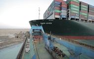 В Суэцком канале с мели сняли контейнеровоз
