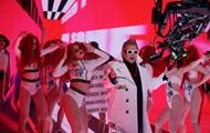 Поплавский с ирокезом зачитал рэп в клипе Український борщ