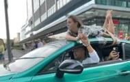 Блогер прокатился на Bentley с девушкой на крыше
