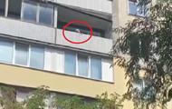 В Киеве пенсионерка бросила из окна в детей утюг