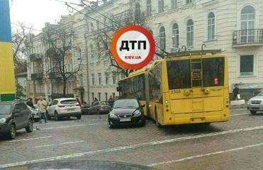 В Киеве припаркованное авто парализовало движение