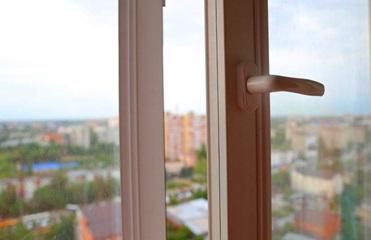 На Закарпатье женщина пропала после падения с пятого этажа - СМИ