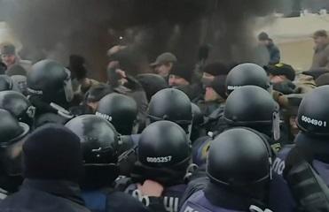 Появилось видео драки под Верховной Радой