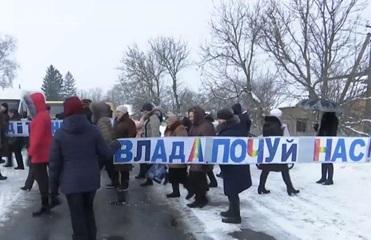 Под Хмельницким из-за закрытия школ учителя и родители перекрыли дорогу