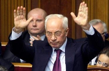Азаров просит допросить его в суде над Януковичем