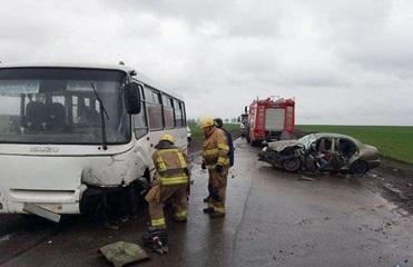 Под Марьинкой Daewoo столкнулся с автобусом, есть жертвы