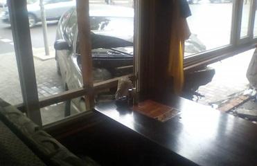 В Черноморске автомобиль влетел в кафе