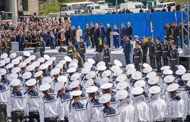 Советник Трампа пойдет с Порошенко на парад