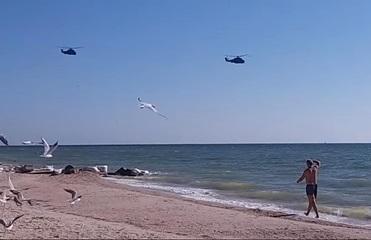 В Кирилловке над головами отдыхающих летали военные вертолеты