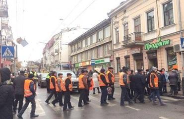 В Тернополе работники облавтодора перекрыли улицу