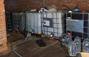 В Конотопе нашли цех по производству алкоголя из омывателя стекла