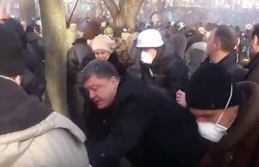 В Сети показали видео, как Порошенко помогает раненым Евромайдана