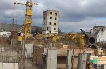 В Луцке сильный ветер повалил строительный кран