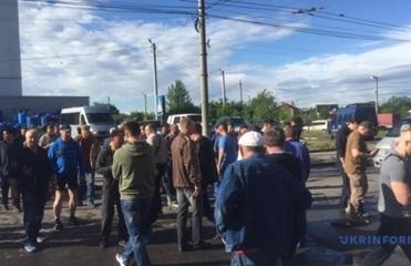 Жители Черновцов перекрыли центральную улицу, требуя ремонта дороги