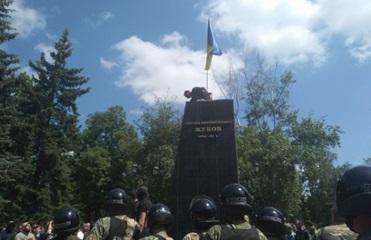 Протесты в Харькове: Снесли памятник Жукову