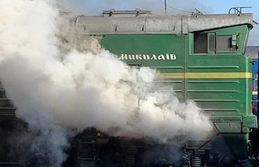 На вокзале в Николаеве загорелся локомотив: люди прыгали из окон